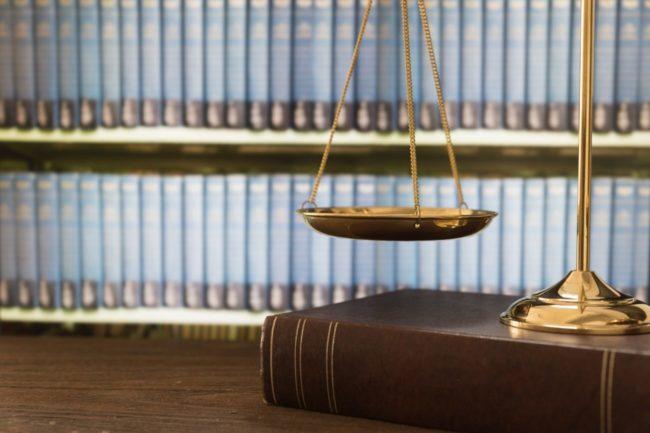 balance de la justice et livre pour avocat en droit des affaires